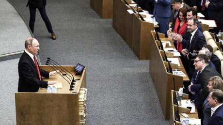 Russlands Präsident Wladimir Putin spricht während einer Sitzung vor der Abstimmung über die Verfassungsänderungen in der Staatsduma, dem Unterhaus des russischen Parlaments.