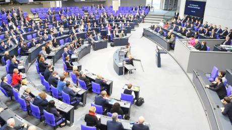 Seit der Wahl 2017 ist der Bundestag mit 709 Abgeordneten so groß wie nie zuvor, eigentlich sind nur 598 Abgeordnete vorgesehen.