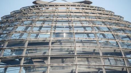 Die Kuppel auf dem Reichstagsgebäude ist menschenleer - aus Vorsichtsgründen wurde sie gesperrt.