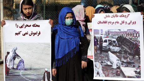 Afghanische Aktivistinnen protestieren gegengegen das Abkommen der USA mit den Taliban.