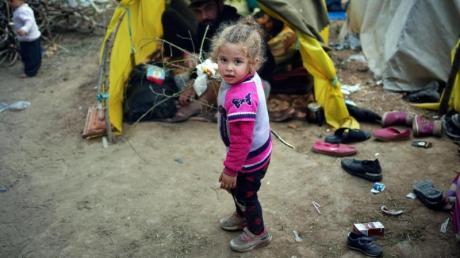 Ein kleines Mädchen in einem Flüchtlingslager an der türkisch-griechischen Grenze: Bei der Aufnahme minderjähriger Flüchtlinge sind die 27 EU-Staaten tief gespalten.