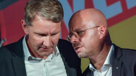 Sie wurden vom Verfassungsschutz explizit als Rechtsextremisten benannt:Der Thüringer AfD-Chef Björn Höcke (l,) und Andreas Kalbitz, Landesvorsitzender der AfD in Brandenburg.