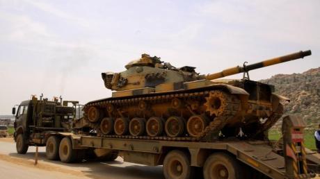 Ein Konvoi des türkischen Militärs fährt auf den Grenzübergang Bab al-Hawa im Norden vom syrischen Idlib zu. Die Türkei hat seit dem Waffenstillstand militärische Verstärkung in die Zone geschickt.