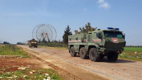 Auf diesem vom türkischen Verteidigungsministerium zur Verfügung gestellten Foto patrouillieren türkische und russische Truppen auf M4 Highway, der in Ost-West-Richtung durch die Provinz Idlib in Syrien verläuft.