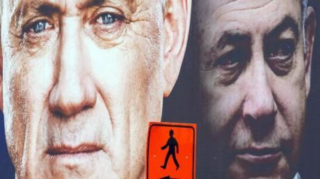 Ein Wahlplakat zeigt Benny Gantz (l) neben Ministerpräsident Benjamin Netanjahu.