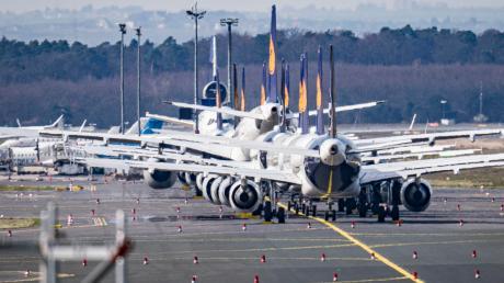 Am Frankfurter Flughafen parken zahlreiche Lufthansa-Maschinen, die wegen der Flugausfälle in der Coronavirus-Krise nicht gebraucht werden.