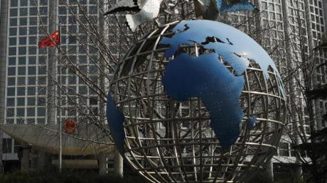 Die Skulptur einer Weltkugel vor dem Büro des Außenministeriums in Peking.