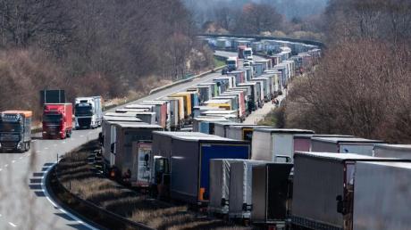Zwischen Dresden und Görlitz hat der Stau nach Angaben der Polizei bis zum Mittag eine Länge von 65 Kilometern erreicht.