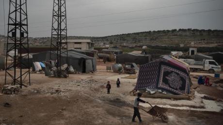 Kinder spielen in einem Lager in der Nähe der Stadt Idlib in Syrien.