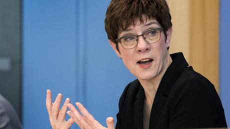 Verteidigungsministerin Annegret Kramp-Karrenbauer stellt die Bundeswehr auf einen langen Kriseneinsatz zur Bekämpfung des Coronavirus ein.