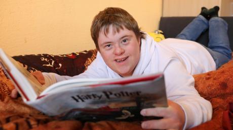 Der 19-jährige Simon Weiner aus Rieden bei Kaufbeuren liebt Harry Potter. Gerade liest er Band vier, am liebsten auf seinem Bett mit der Harry-Potter-Bettwäsche. Wenn ihm das zu anstrengend wird, lässt er sich gerne vorlesen.
