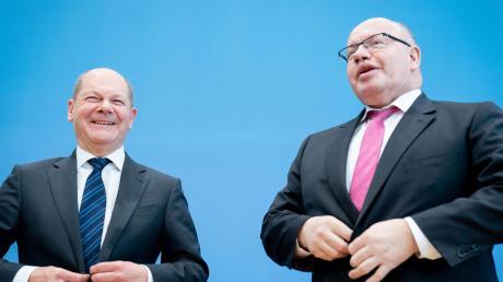 Olaf Scholz (SPD), Bundesminister der Finanzen, und Peter Altmaier (CDU, r), Bundesminister für Wirtschaft und Energie, geben in der Coronakrise große Versprechen ab.