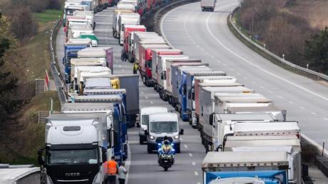 Tausende Lastwagenfahrer müssen in einem Kilometerlangen Stau vor der Grenze zu Polen ausharren.