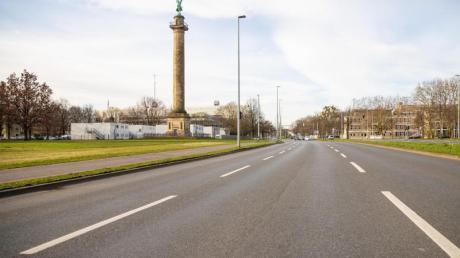 Von morgendlichem Berufsverkehr ist in der Lavesallee an der Waterloosäule in Hannover nichts mehr zu spüren.