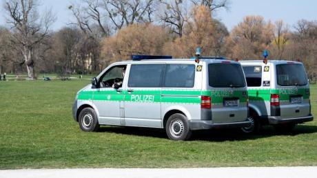 Polizeifahrzeuge im Englischen Garten in München.