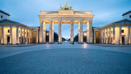 Ein menschenleerer Pariser Platz vor dem Brandenburger Tor in Berlin am Donnerstagabend.