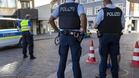 Grenzkontrollen durch deutsche und schweizerischer Beamte am Grenzuebergang in Rheinfelden.