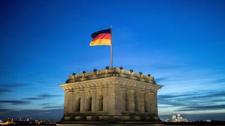 Immerhin: Schwarz-Rot-Gold weht über dem deutschen Reichstag in Berlin. Doch im Gebäude selber wird der Alltag von der Corona-Krise bestimmt.