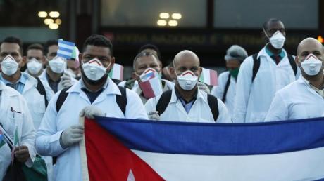 Kubanische Ärzte und Fachleute aus dem medizinischen Bereich bei der Ankunft am Flughafen Malpensa.