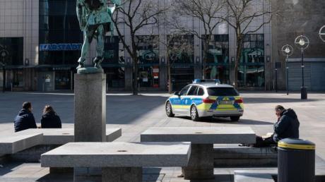 Der alte Markt in Dortmund ist wie leergefegt. NRW-Ministerpräsident Armin Laschet (CDU) kündigte ein hartes Vorgehen gegenüber Rechts-Brechern im Kampf gegen das Corona-Virus an.