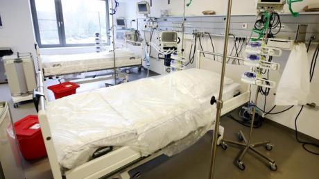 Neben den Intensivbetten stehen Beatmungsgeräte im Allgemeinen Krankenhaus Viersen in Nordrhein-Westfalen.