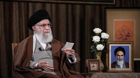 Irans Revolutionsführer Ali Khamenei sagt, das Coronavirus sei von US-Forschern produziert worden.