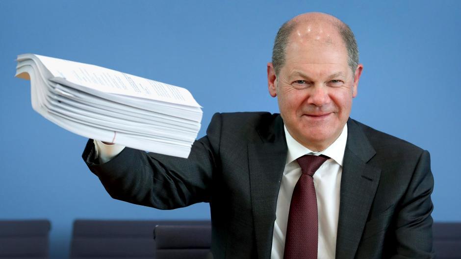 Mit einem Billionen-Hilfspaket will die Regierung der deutschen Wirtschaft helfen, die Corona-Krise zu überstehen. Aber wer zahlt das am Ende?