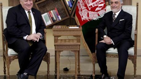 Mike Pompeo (l), Außenminister der USA, und Abdullah Abdullah, politischer Rivale des afghanischen Präsidenten Ghani, sitzen bei einem Treffen im Sepidar-Palast.