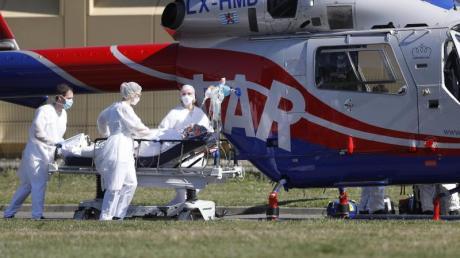 Ein Notfallpatient wird aus dem Zivilkrankenhaus von Mulhouse zu einem Hubschrauber gebracht. Vor allem im Département Haut-Rhin und in der gesamten ostfranzösischen Region Grand Est ist die Zahl der Corona-Infektionen dramatisch gestiegen.