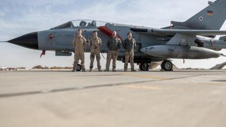Deutsche Soldaten stehen neben einem Tornado-Jet der Bundeswehr auf der Al-Asrak-Airbase.