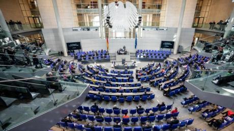 Ungewöhnliches Bild wegen der Corona-Krise: Die Parlamentarier halten bei der Sitzung des Bundestages Sicherheitsabstand.