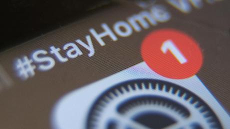 #Stayhome – so lautet die Aufforderung auf diesem Smartphone. Jetzt gibt es aber auch eine Debatte darüber, inwieweit Handy-Daten im Kampf gegen Corona genutzt werden sollen.