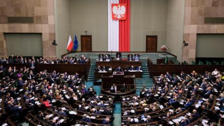 Abgeordnete nehmen an einer Sitzung des polnischen Parlaments teil. Das polnische Parlament hat ein umstrittenes Gesetz zur Disziplinierung von Richtern verabschiedet.
