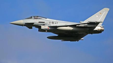 Ein Eurofighter des Taktischen Luftwaffengeschwarder 31 fliegt eine Übung.