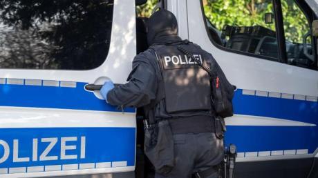 Ein Polizist während der Razzia in Gummersbach in der vergangenen Woche.