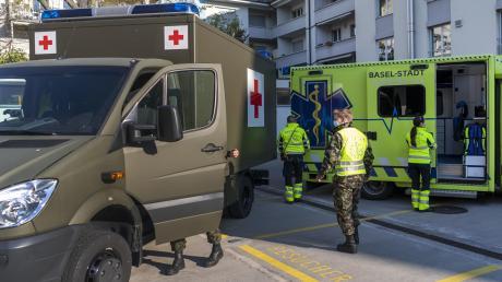 Das Schweizer Militär ist – wie auf unserem Bild in Basel – im Einsatz, um das eidgenössische Gesundheitssystem vor dem Kollaps zu bewahren.