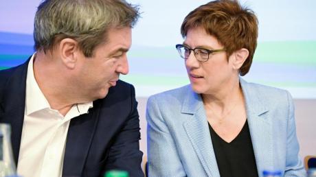 Annegret Kramp-Karrenbauer (CDU) im Gespräch mit Markus Söder (CSU).