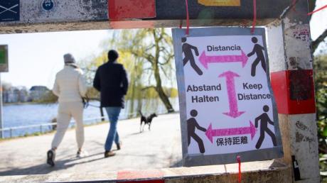 Ein selbstgebasteltes Schild mit der Aufschrift «Abstand Halten».