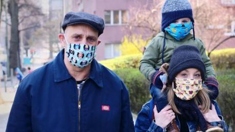 Eine Familie geht in Berlin-Friedenau spazieren. Alle Familienmitglieder tragen dabei Masken, als Schutz gegen das Coronavirus.