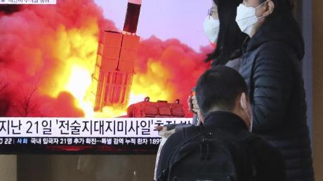 Ein Fernseher in Seoul zeigt einen Raketenstart in Nordkorea.