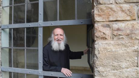 Pater Anselm Grün ist der bekannteste Mönch Deutschlands – und seit Jahrzehnten Bestsellerautor. Er lebt in der Benediktinerabtei Münsterschwarzach bei Würzburg, in einer Klosterzelle.