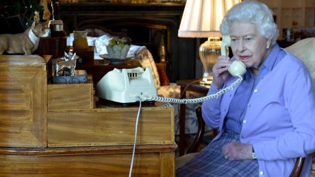 Die britische Königin telefoniert auch in diesen Zeiten traditionell.