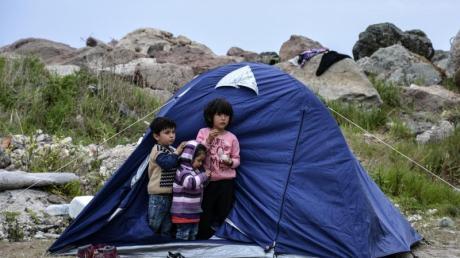 Flüchtlings-Kinder stehen vor einem Zelt im Dorf Petra auf der nordöstlichen Ägäisinsel Lesbos.