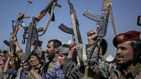 Huthi-Rebellen zeigen während einer Versammlung ihre Waffen.