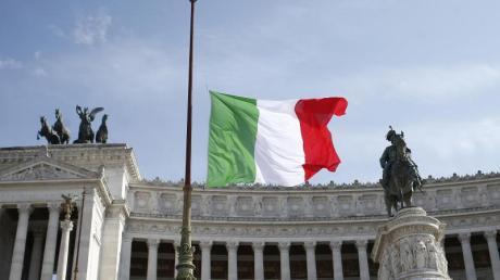 Zum Gedenken an die Opfer des Covid-19-Virus sind die Fahnen in ganz Italien wie hier am Viktor-Emanuels-Denkmal in Rom auf Halbmast gesetzt worden.