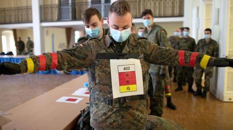 Soldaten der Bundeswehr testen in Zusammenarbeit mit dem Fraunhofer-Institut eine COVID19-Tracking App in der Julius-Leber-Kaserne.