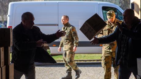 Soldaten verladen in Magdeburg medizinische Schutzausrüstung auf Fahrzeuge der Bundeswehr.