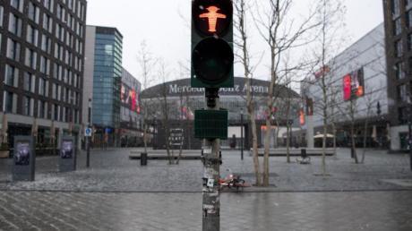 Ein Platz in Berlin ist menschenleer - das öffentliche Leben ist massiv eingeschränkt.