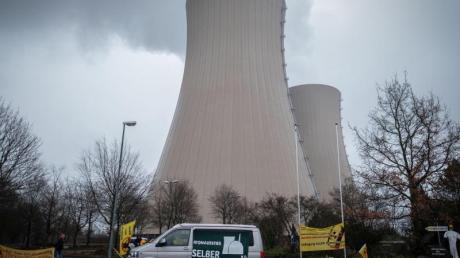 Wolken über den Kültürmen des Kernkraftwerkes Grohnde in Niedersachsen.