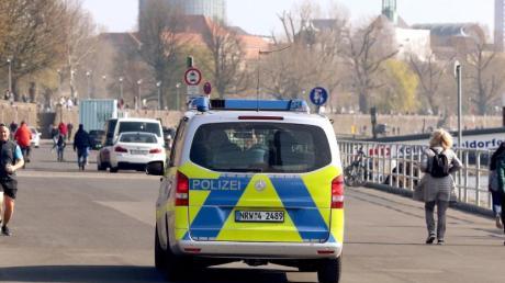 Die Polizei kontrolliert an der Rheinufer Promenade in Düsseldorf die Einhaltung der Vorsichtsmaßnahmen gegen die Coronavirus-Pandemie.